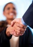 En handskakning mellan affärsfolk royaltyfri fotografi
