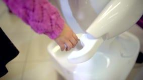 En handskakning mellan ett barn och en robot stock video