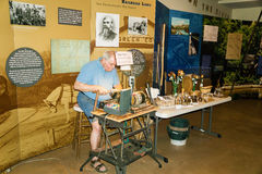 En hantverkare som arbetar på hans drejbänk arkivbild