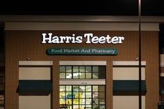 En Harris Teeter livsmedelsbutikingång på natten fotografering för bildbyråer
