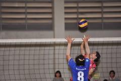 En hauteur pour attaquer dans le chaleng de joueurs de volleyball Images libres de droits