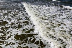 En havsvåg på en vattenyttersida Arkivfoton