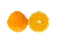 En hel apelsin och halvan på vit Arkivfoto