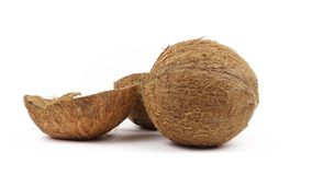 En hel kokosnöt och två skalhalvor med flingor som roterar på vit bakgrund Sömlösa Loopable lager videofilmer