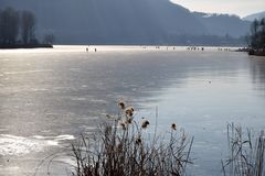 En hel sjö fullständigt fryste - sjön Endine - Bergamo - Italien Arkivbilder