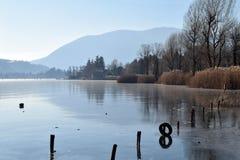 En hel sjö fullständigt fryste - sjön Endine - Bergamo - Italien Arkivbild