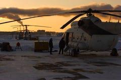 En helikopter för ryss Mi-8 på flygfältet Royaltyfri Foto