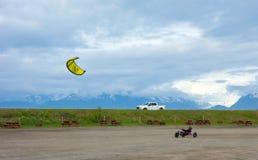 En hemlagad barnvagn som dras av en drake på en tältplats i alaska Royaltyfria Foton