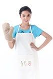 En hemmafru med den skyddande handsken för kök Fotografering för Bildbyråer