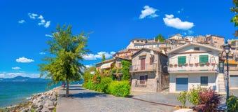 En hemtrevlig italiensk stad på kusten av sjön Bracciano royaltyfri bild