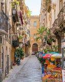 En hemtrevlig och smal väg i Palermo den gamla staden Sicilien sydliga Italien arkivbild