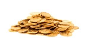 En hög av isolerade guld- mynt Arkivfoton
