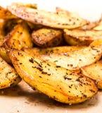 En hög av potatisen för franska småfiskar kilar det utformade landet. Snabbmat. Royaltyfria Foton