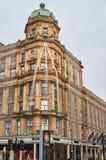 En highstreetbyggnad med juldecirations på Arkivbilder