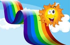 En himmel med en regnbåge och en lycklig sol Arkivbild