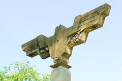 En himmelsikt av ett gammalt, den formade fågeln, utomhus-, cement som tänder stolpen, med en bred vingspännvidd som lokaliseras  royaltyfria bilder