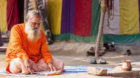 En hinduisk präst på Kumbhaen Mela i Indien Arkivfoton