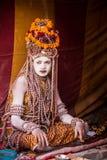 En hinduisk präst på Kumbhaen Mela i Indien Arkivbild