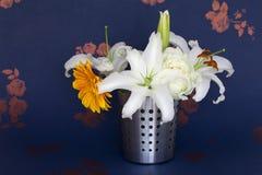 En hink av blommor Royaltyfria Bilder