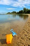En hink och en spade på en strand Royaltyfria Bilder