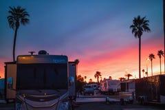 En hisnande sikt av solnedgången i Mesa Spirit RV royaltyfri fotografi