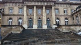 En historisk byggnad och trappan till den i Paris Arkivfoton
