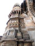 En historisk moské Minara i Ahmadabad arkivbild