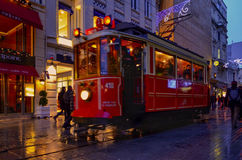 En historisk spårvagn på den Istiklal avenyn Istiklal aveny i Beyogen Royaltyfri Foto