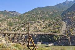 En historisk träbro som spänner över Fraser River Arkivfoto