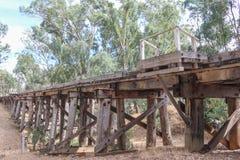 En historisk träjärnväg bockbro nära Muckleford, Australien royaltyfri fotografi