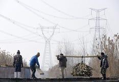 En hiver les travailleurs gagnent leur monnaie métallique dans l'étang Photographie stock