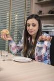 En hjälplös affärskvinna kunde inte stoppa hunger royaltyfri bild