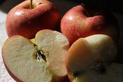 En hjärta av äpplesplittring i halva Arkivbild
