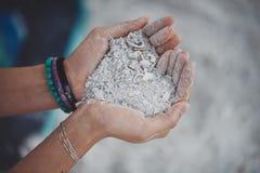 En hjärta av grov vit sand royaltyfria bilder