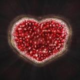 En hjärta av röda kristaller mousserar inom stenen Arkivbild