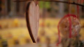 En hjärta av trähängningar som en garnering