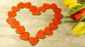 En hjärta i rött med en tulpanbukett royaltyfria foton