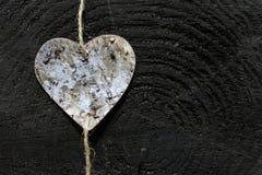 En hjärta på träjordning royaltyfria foton