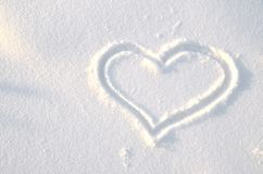 En hjärta som dras på snön arkivfoto