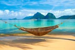 En hängmatta på stranden Arkivfoto