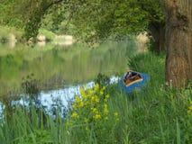 En hopfällbar kajak på kanten för vatten` s Royaltyfria Foton