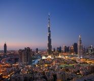 En horisont av i stadens centrum Dubai med Burj Khalifa och