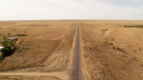 En horisont för land` s och en lång väg stock video