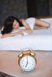 En härlig ung kvinna som hemma sover i säng Arkivbilder