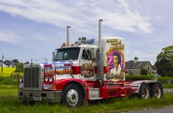En hugh Peterbilt artikulerade taxin för cirkuslastbildagen arkivbilder