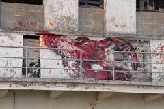 En hummer målades på fasaden av en avlagd fabrik nära Etel (Frankrike) arkivbilder