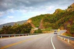 En huvudväg till den Samana halvön till och med det steniga berget Boulevard Turistico Atlantico, 133 Dominikanska republiken Arkivfoton