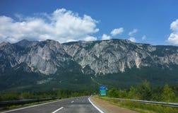 En huvudväg till och med bergen i Österrike royaltyfri fotografi