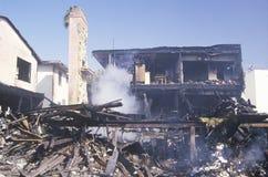 En hyreshus på brand som ett resultat av den Northridge jordskalvet i 1994 Arkivfoton