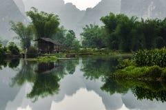 En by i bambuskog, på Guangxi, Kina Arkivbild